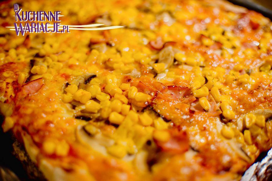 Pizza z serem, szynką, kukurydzą i pieczarkami. Kuchnia włoska