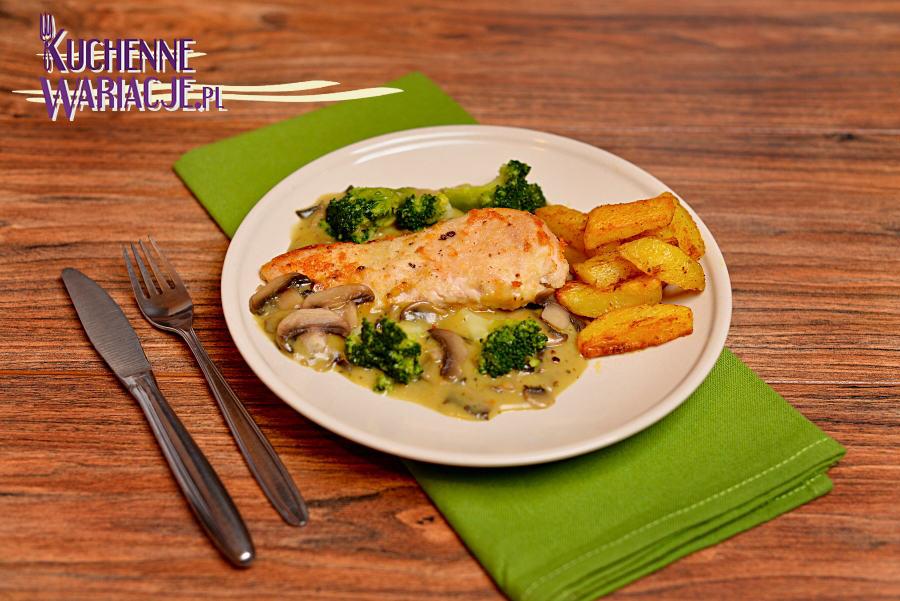 Kurczak w sosie pieczarkowym z brokułami i pieczonymi ziemniakami