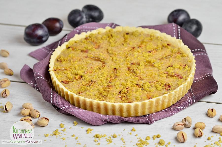 Tarta migdałowa ze śliwkami i pistacjową kruszonką
