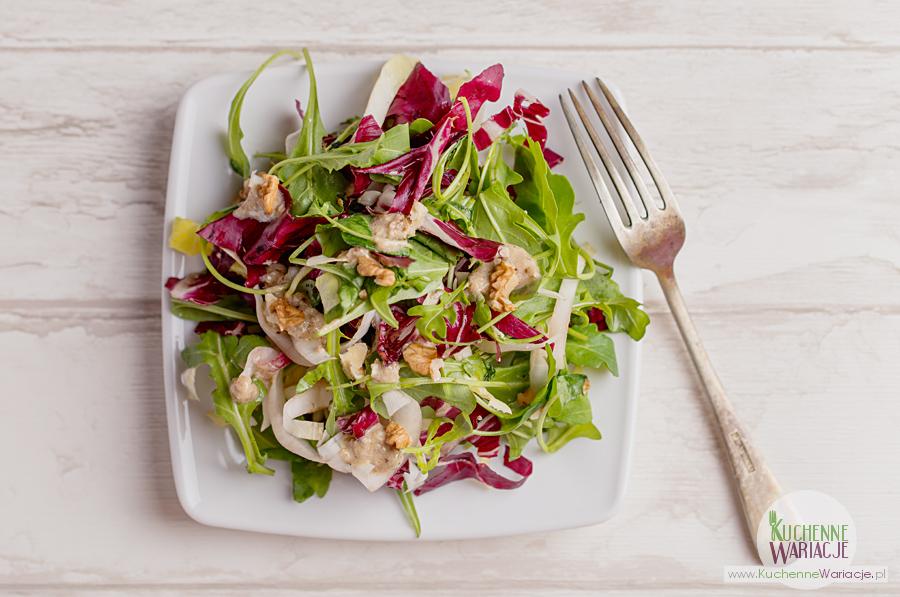 Włoska sałata z orzechowym dressingiem