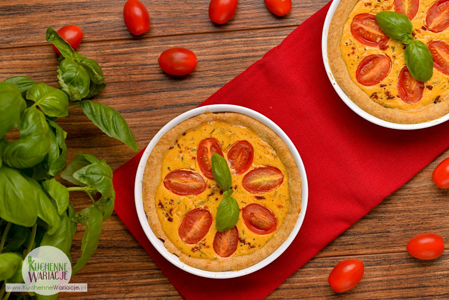 Mini tarta z kremowym serkiem z pomidorkami i bazylią