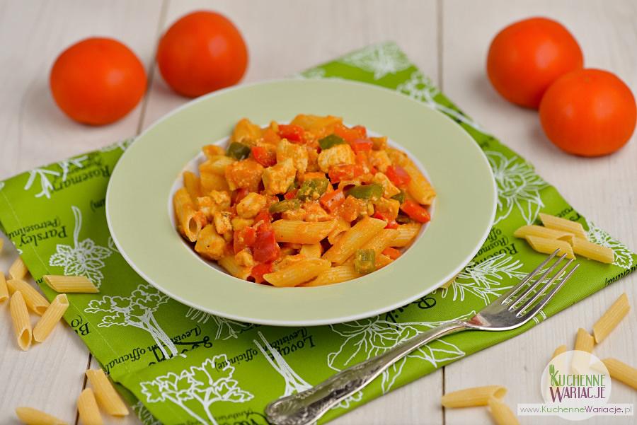 Makaron z kurczakiem w sosie pomidorowo-paprykowym