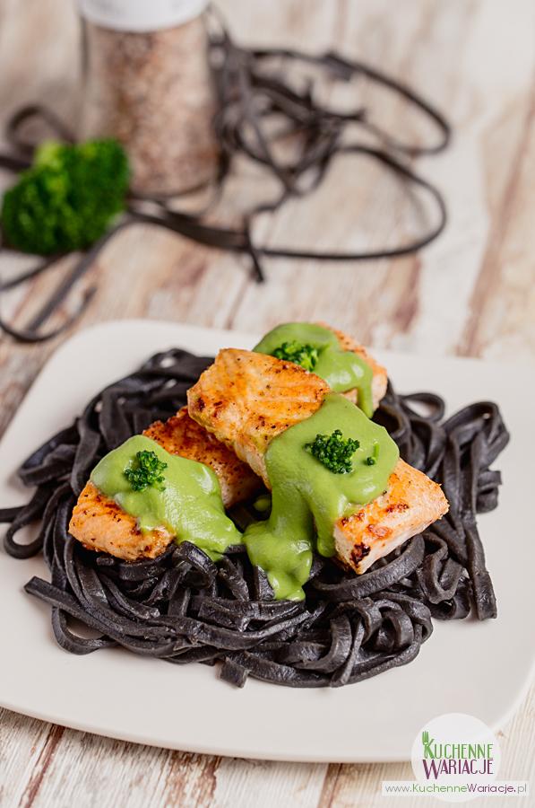 Łosoś z sosem brokułowym na czarnym makaronie