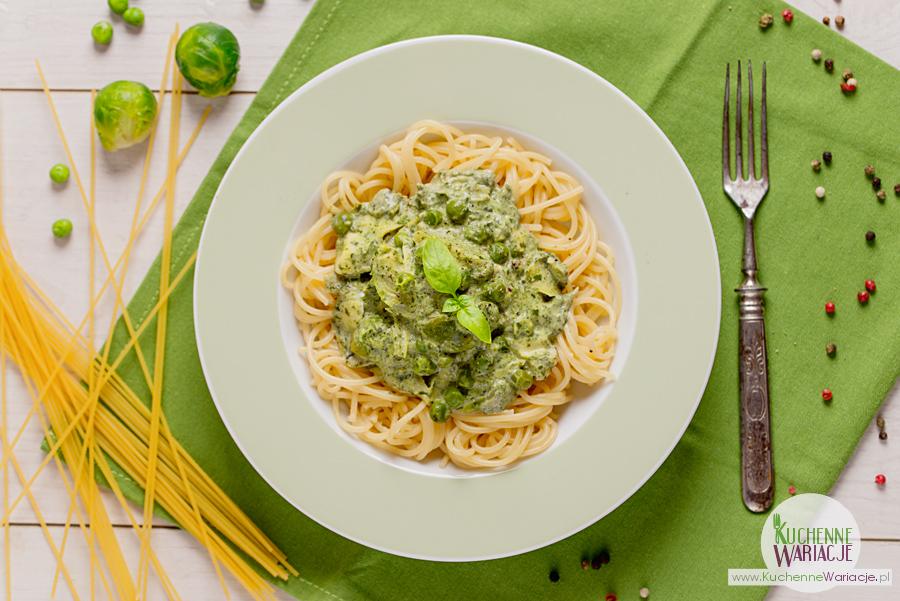 Makaron spaghetti w zielonym sosie śmietanowym z warzywami