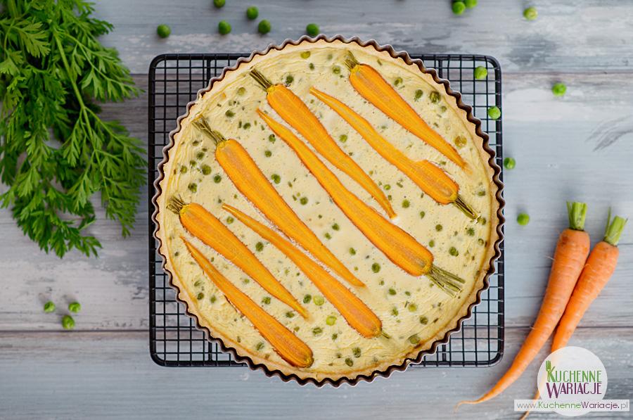 Tarta z młodą marchewką i zielonym groszkiem