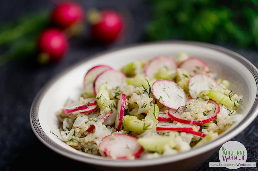 Quinoa biała z makaronem ryżowym, rzodkiewką i ogórkiem gruntowym