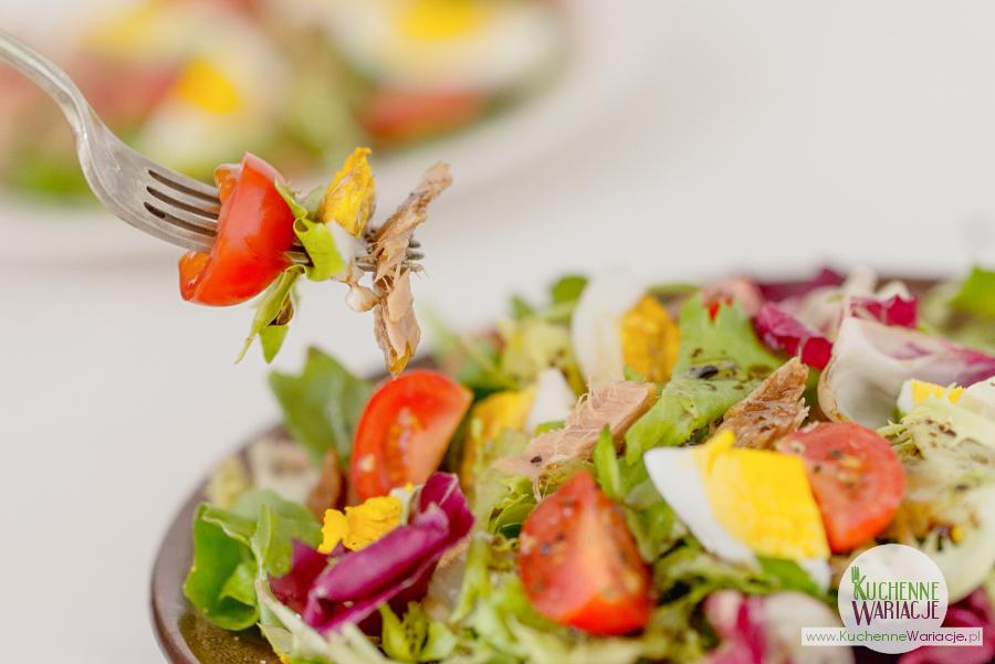salatka-z-tunczykiem-pomidorkami-i-jajkiem