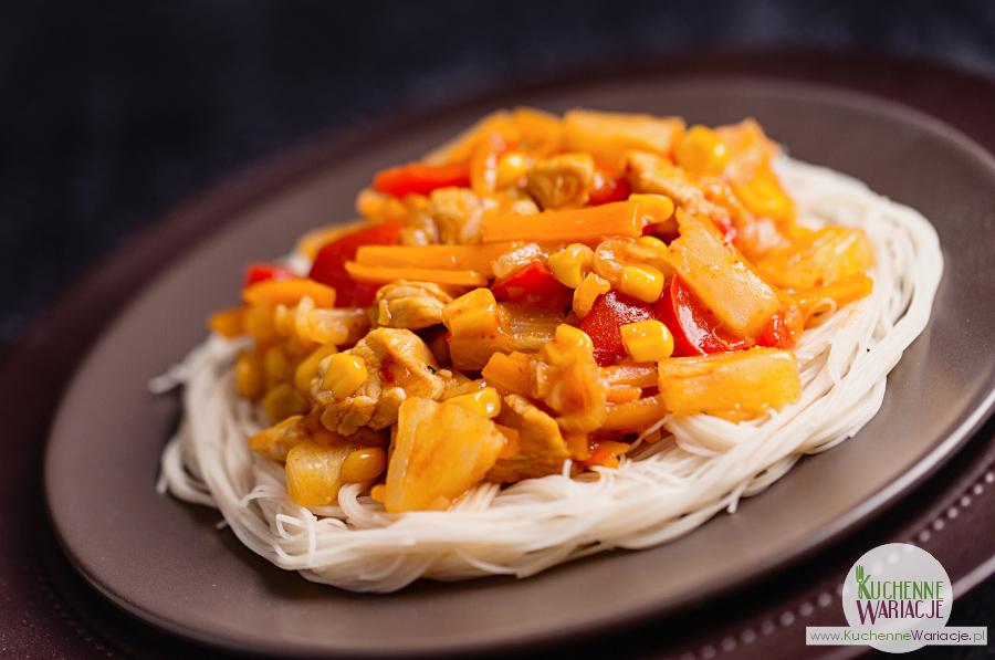 Kurczak słodko-ostry z makaronem ryżowym