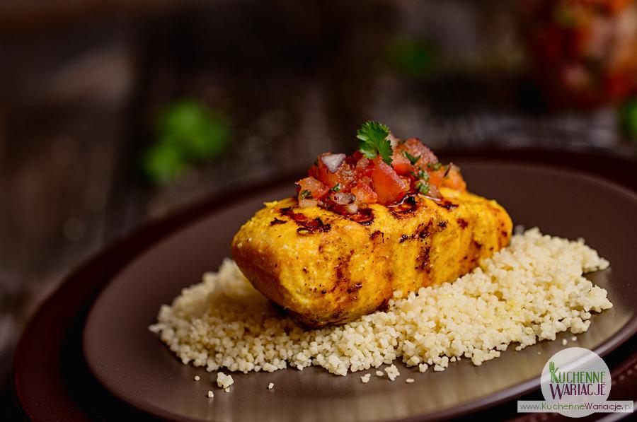 Grilowany łosoś w curry na kuskusie z pomidorami i kolendrą