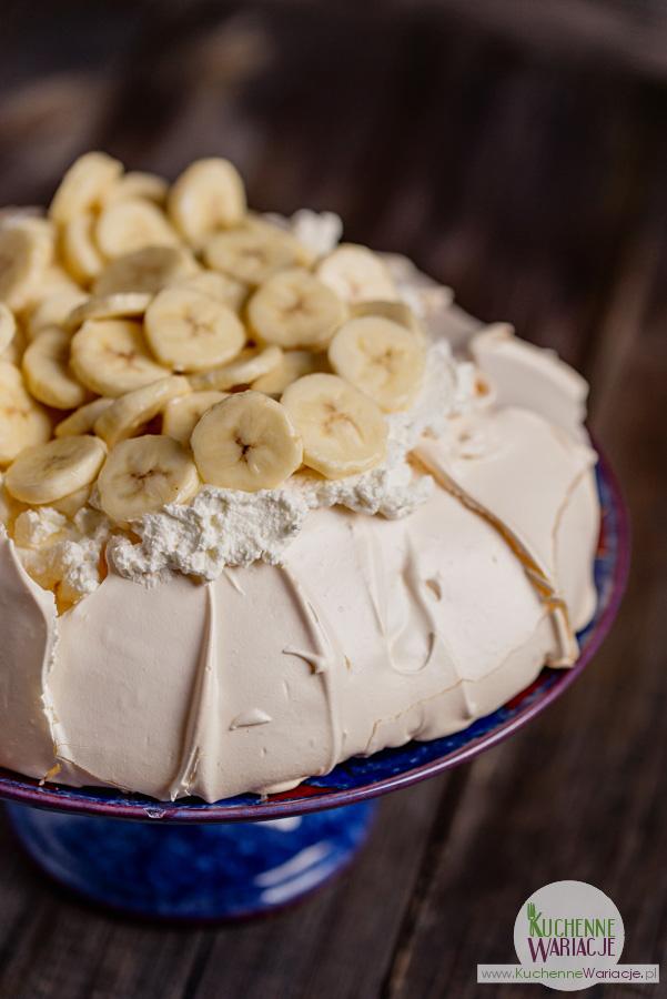 Bezglutenowy deser cytrynowa Pavlova z bananami