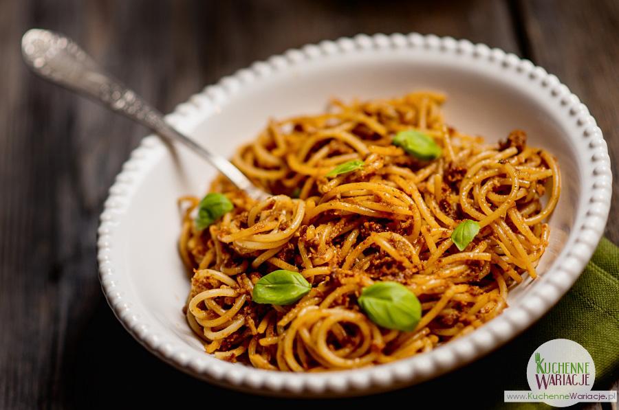 Włoskie danie z makaronem spaghetti. Jak zrobić pesto z suszonych pomidorów. Kuchnia włoska.