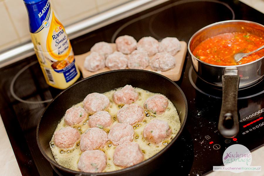 Klopsiki z bazylią w karmelizowanych pomidorach
