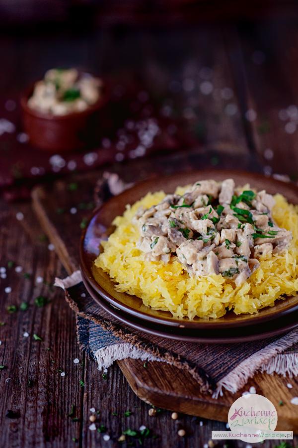 Makaron dyniowy z sosem z kurczakiem i pieczarkami