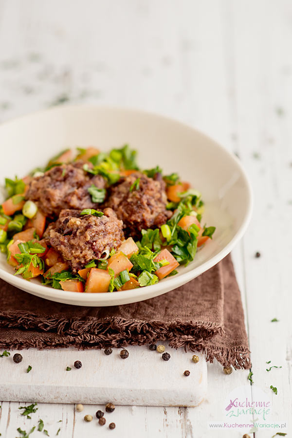falafele z czerwonej fasoli i libańska sałatka tabbouleh