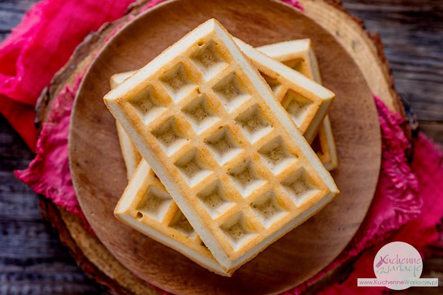 Bezglutenowe gofry z bitą śmietaną i truskawkami - Kuchenne Wariacje