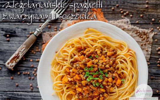 Wegetariańskie spaghetti z warzywami i brązową soczewicą