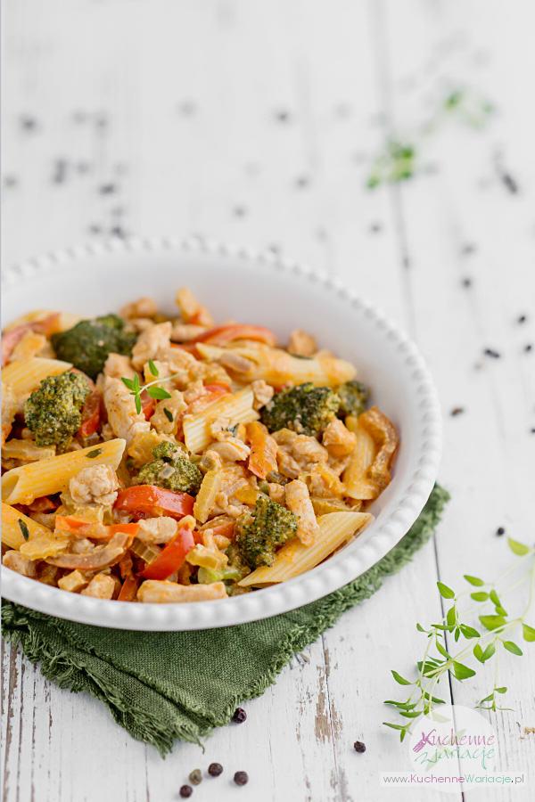 Makaron z kurczakiem, papryką i brokułem - Kuchenne Wariacje
