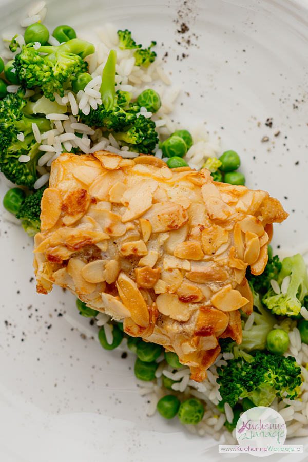 Dorsz w płatkach migdałowych z ryżem i warzywami - Kuchenne Wariacje