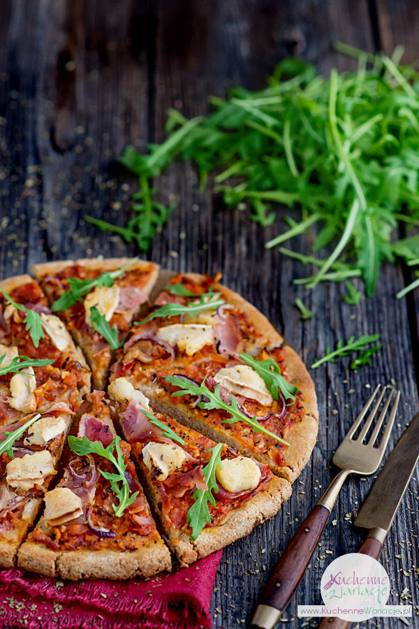 Pomidorowa pizza z kozim serem, szynką i rucolą - Kuchenne Wariacje