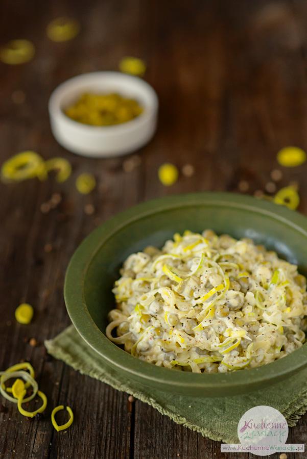 Sałatka z pora z jajkami, serem żółtym i zielonym groszkiem - Kuchenne Wariacje, Sezonowo Bezglutenowo