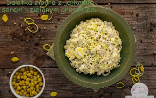 Sałatka z pora z jajkami, serem żółtym i zielonym groszkiem