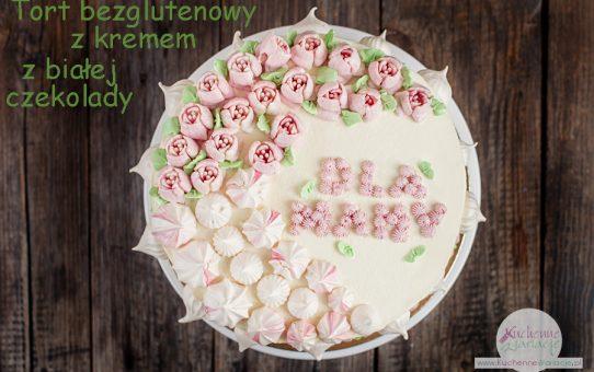 Tort bezglutenowy z kremem z białej czekolady i truskawkami