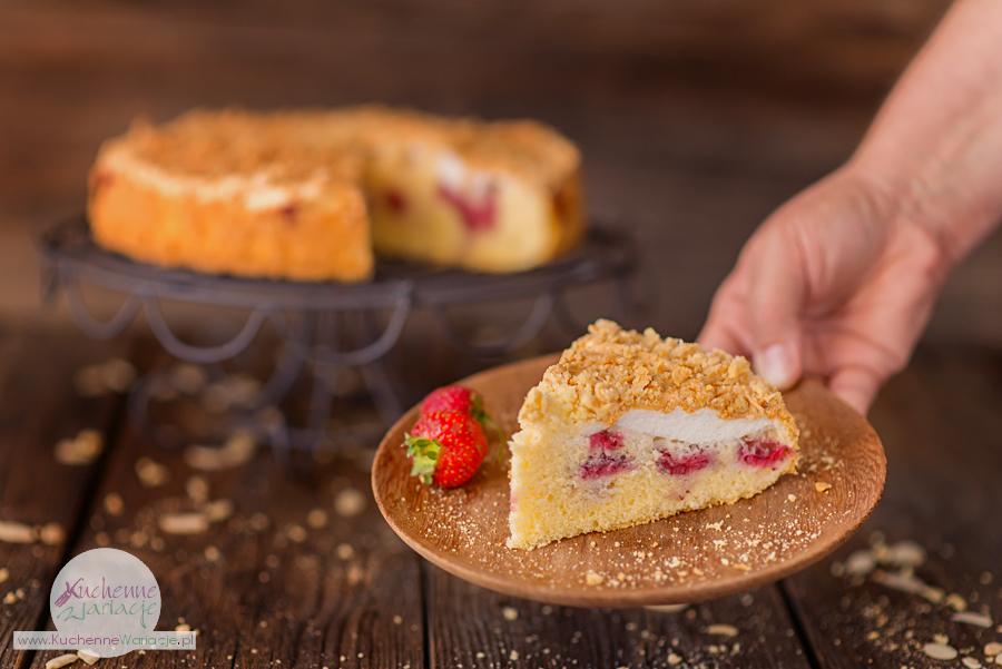 Bezglutenowe ciasto z truskawkami, pianką i migdałową kruszonką